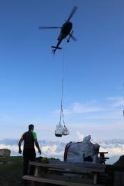 L'hélicoptère peut porter jusqu'à 900kg de chargement.