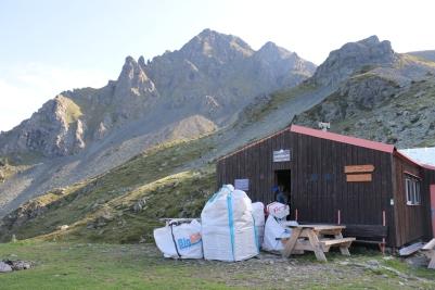 "Les ""big bags"" s'entassent devant le refuge."