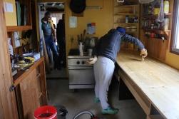 Un dernier coup de pinceau et la cuisine sera terminée.