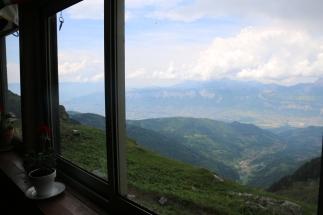 La salle à manger offre une belle vue sur la vallée du Grésivaudan.